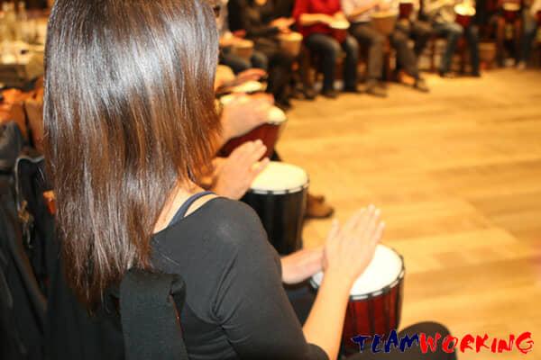 Dimmi dove siedi e ti dirò che sei: team building orchestra aziendale di percussioni