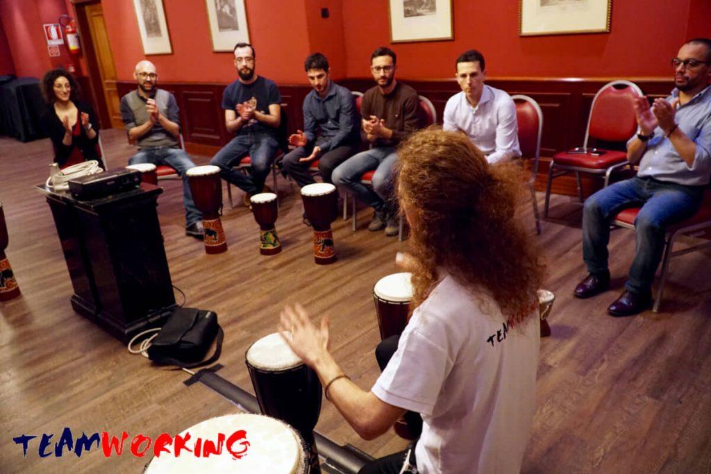 Un giorno tra cocktail e percussioni: team building orchestra aziendale